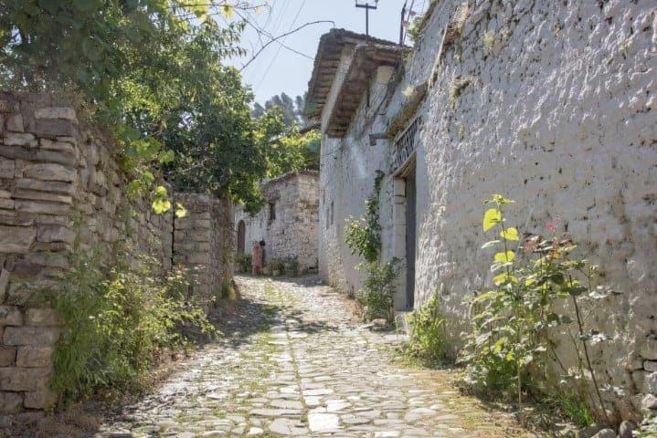 Idyllisch straatje - Fotoreis Albanië