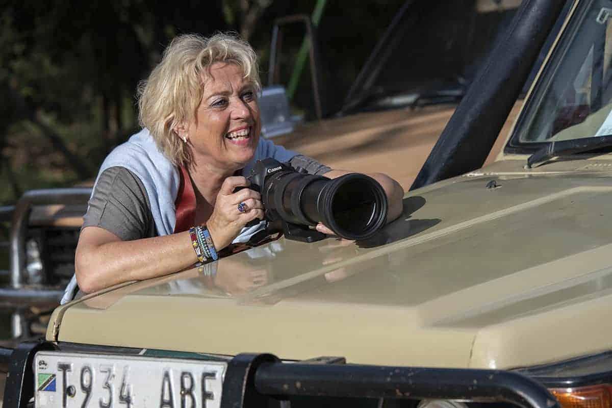 Anke fotografeert met telelens tijden fotoreis Tanzania