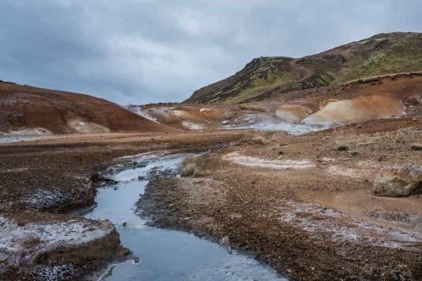 Gekleurde modderlagen in Krysuvik.