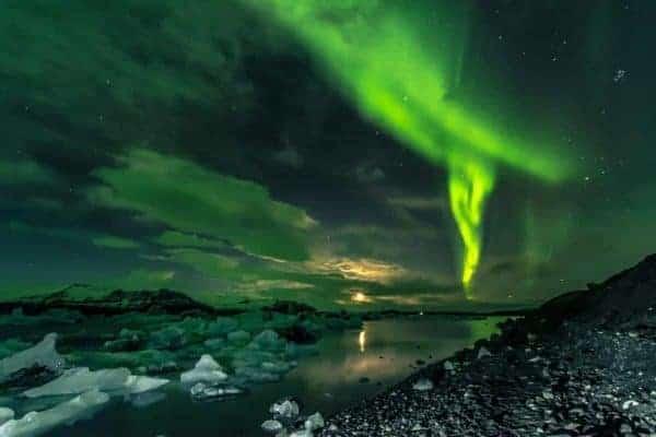 Het groene Noorderlicht gefotografeerd boven het ijsschotsenmeer tijdens de Fotoreis Betoverend IJsland van Fotografie-reizen.nl.