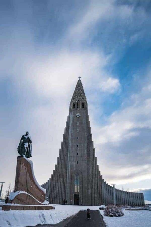 De Hallgrimmskirkja in Reykjavik torent hoog boven de stad uit.