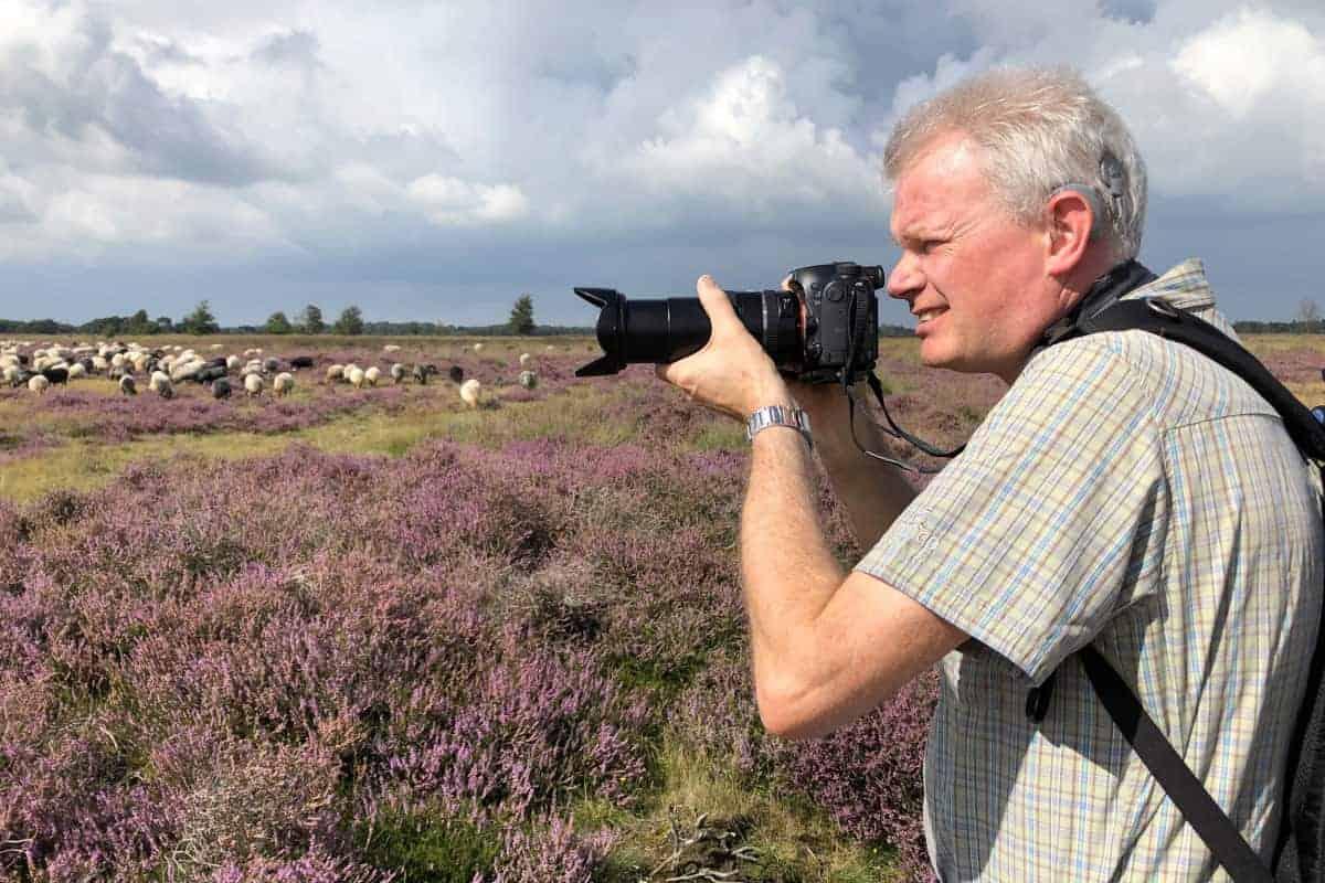 Deelnemer op paarse heide tijdens fotoweekend Drenthe