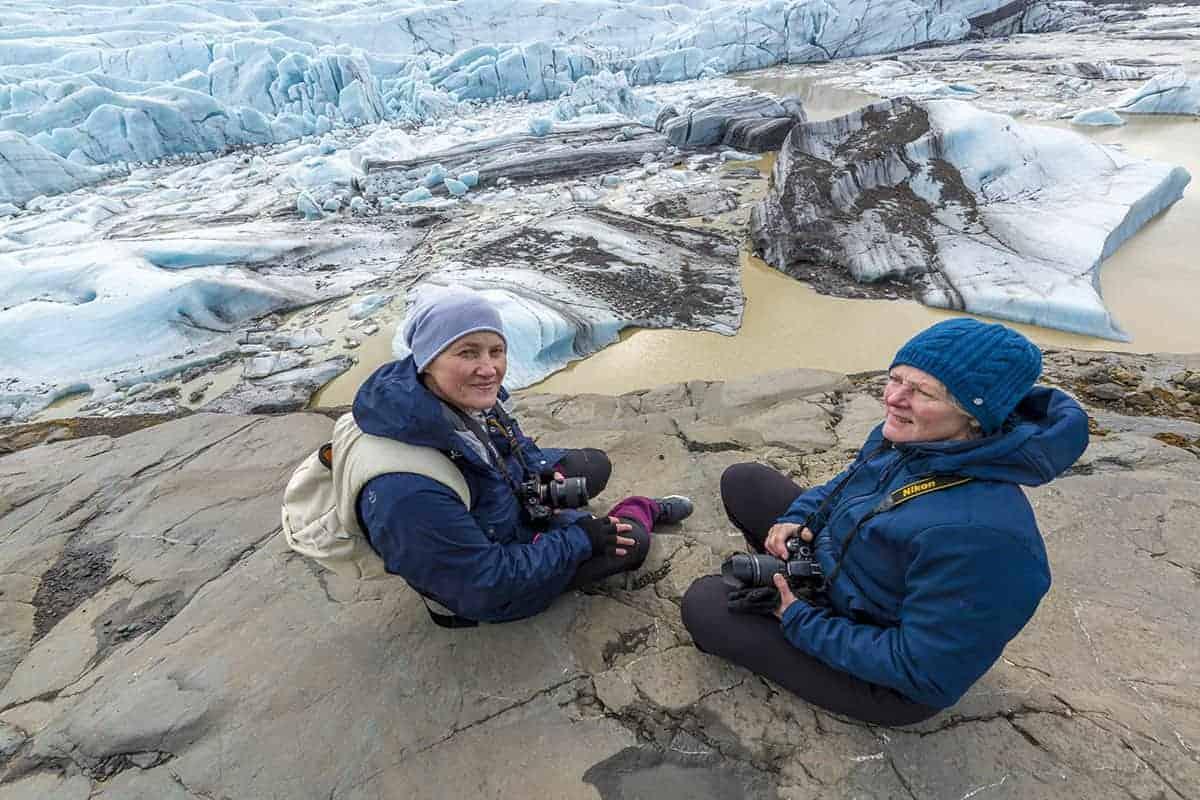 Fotografiereis IJsland Janny en Marit bij gletsjer Svinafellsjokull