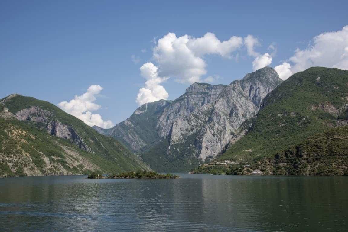 Fotoreis Albanië - Prachtig uitzicht over het Komanmeer