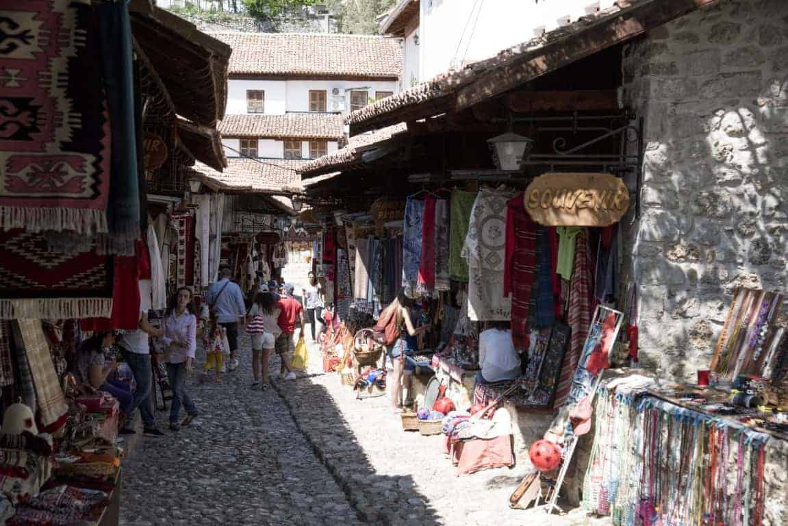 Fotoreis Albanië - Winkelstraatje met kleurige doeken in Krujë