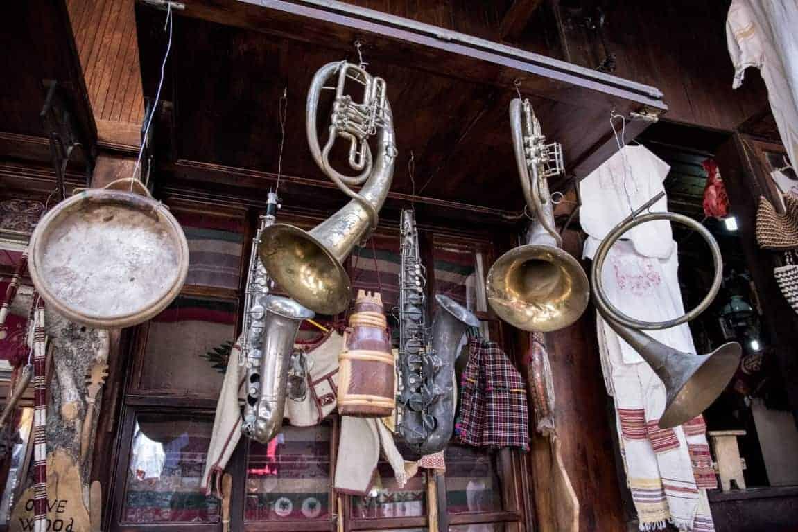 Fotoreis Albanië - winkeltje met oude instrumenten in Krujë
