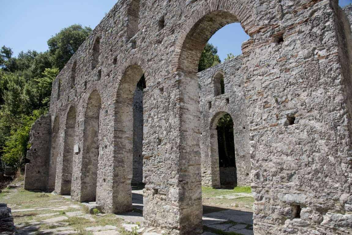Stenen poorten in een ruïne in Butrint