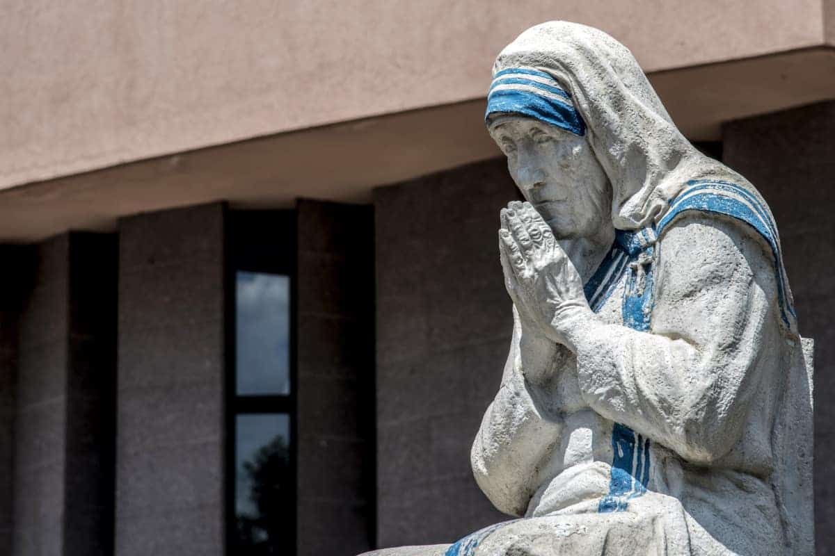 Standbeeld van moeder Theresa in Tirana Albanië