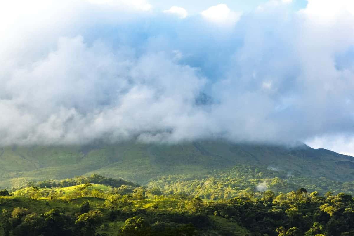 Vulkaan Arenal in de wolken