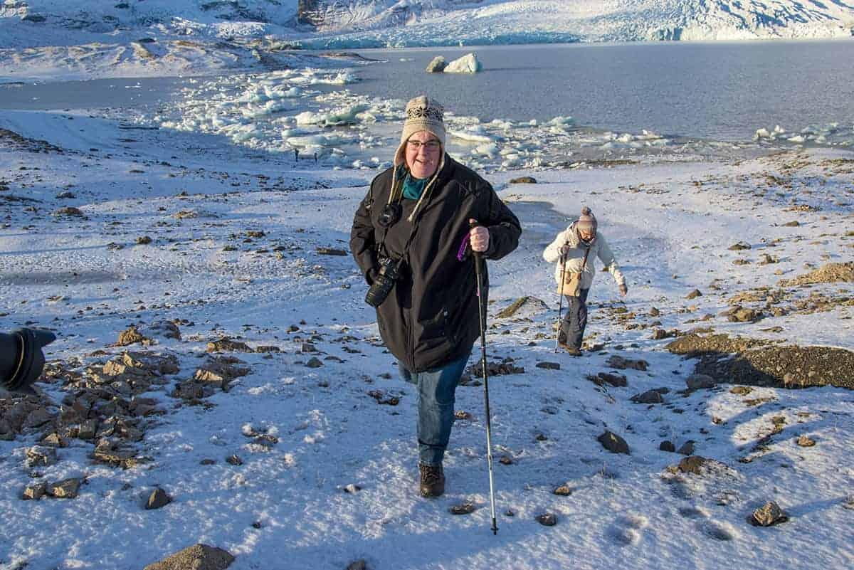 Saskia van Aken bij ijsschotsen tijdens de Fotoreis IJsland