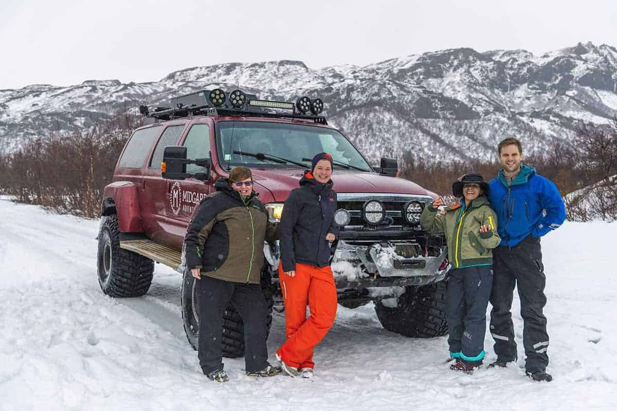 Fotoreis IJsland lachende deelnemers bij een Super Jeep