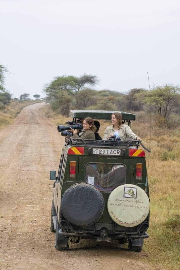 Fotoreis Kenia Tanzania - Claudia en Andrea fotograferen vanuit de jeep
