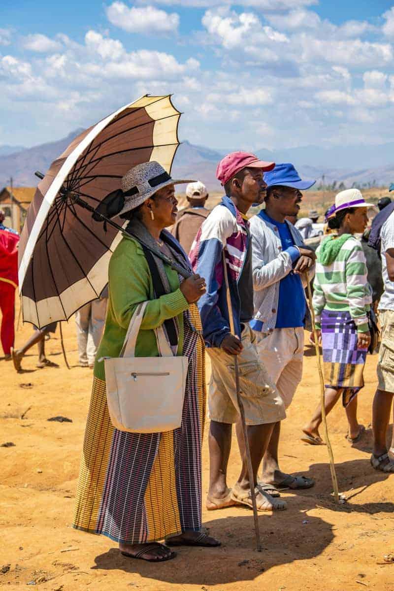 Fotoreis Madagaskar vrouw onder paraplu staand