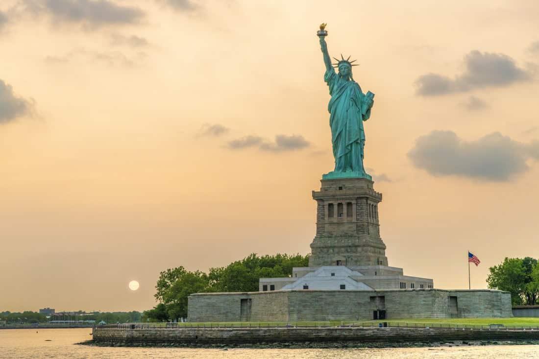 Fotoreis New York vrijheidsbeeld bij ondergaande zon