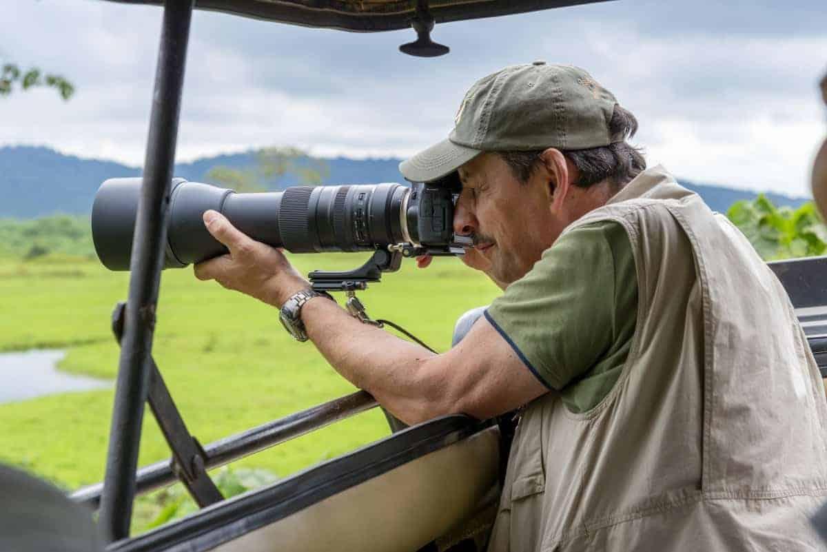 Fotoreis Tanzania Man maakt foto vanuit jeep | Fotografie-reizen - Fotoreizen