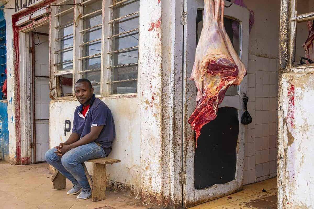 Fotoreis Tanzania - Man zit voor slagerij