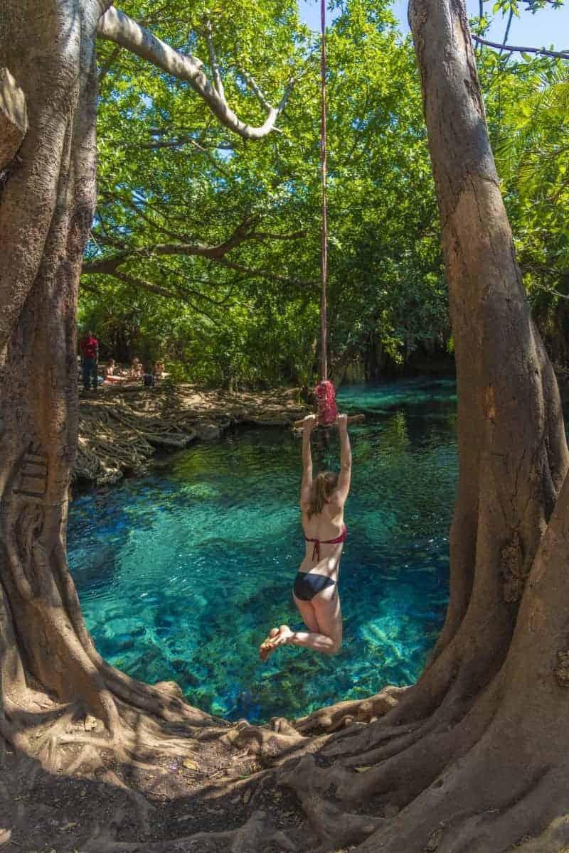 Fotoreis Tanzania meisje spring aan touw in het water