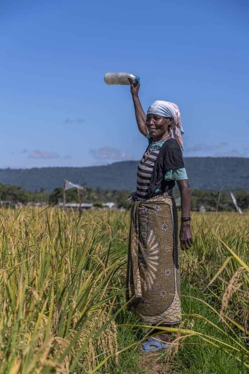 Fotoreis Tanzania - Oude vrouw met fles