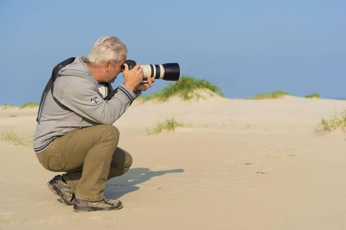 Deelnemer fotografeert op het strand van Ameland