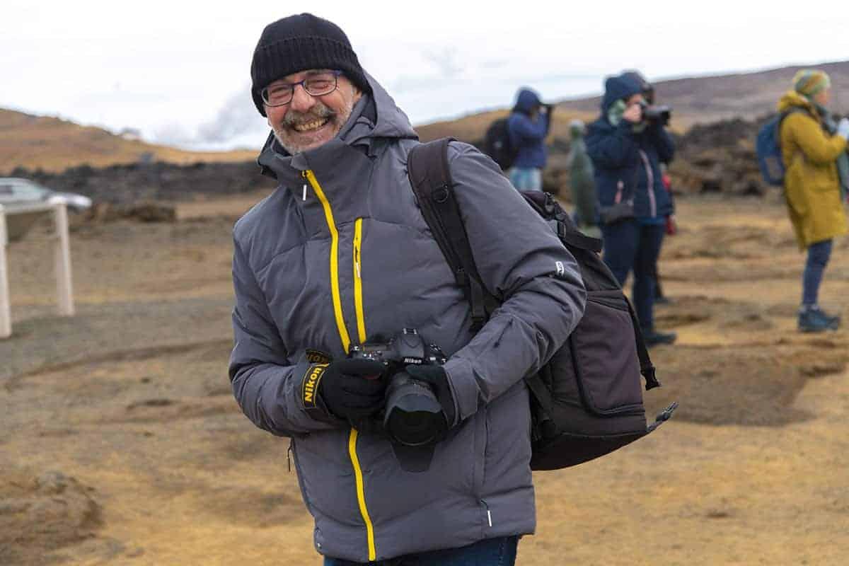 Lachende deelnemer Pim tijdens fotografiereis IJsland