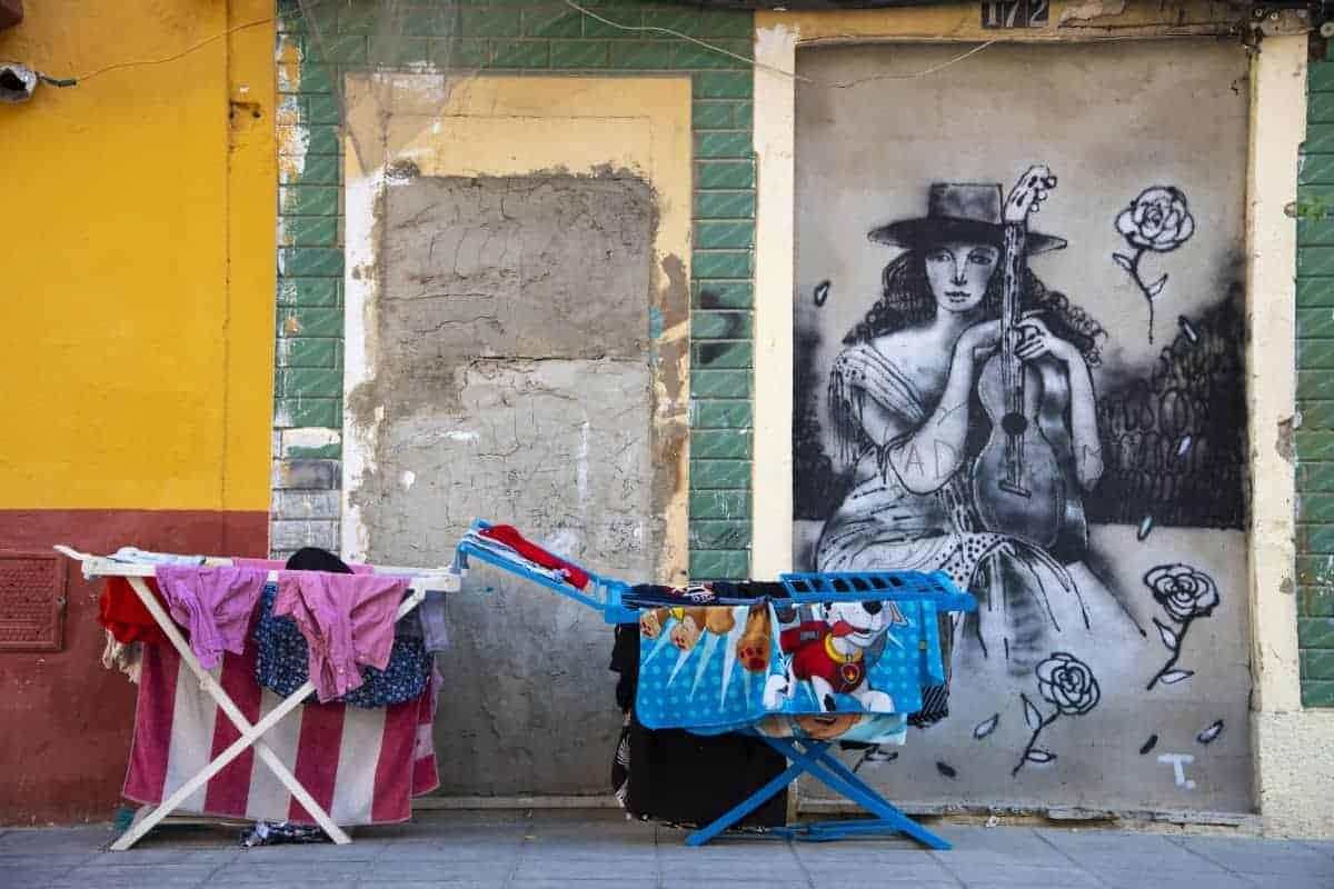 Fotoreizen Valencia Wasgoed op rek voor graffiti muur