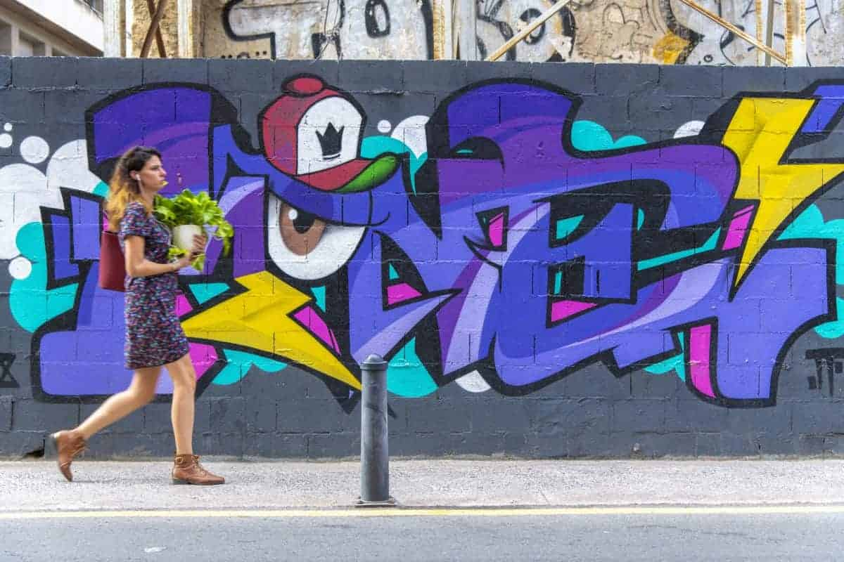 Fotoreizen Valencia vrouw voor grafitti