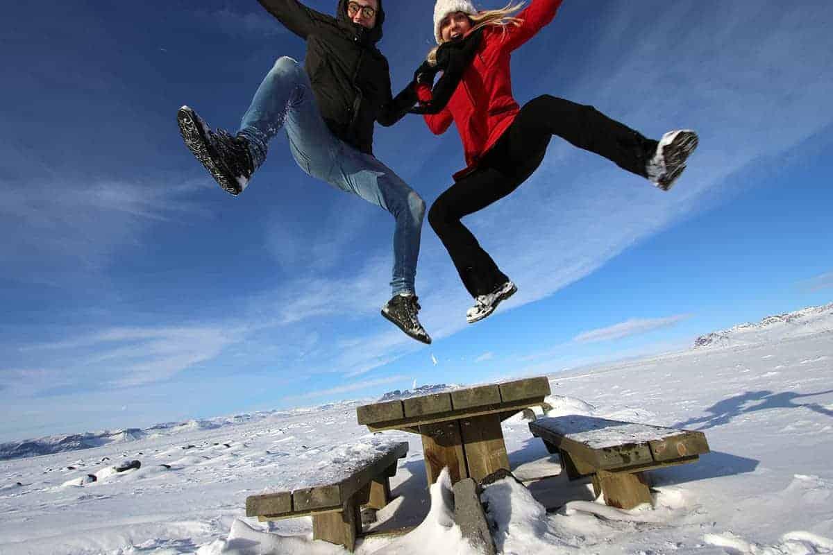 Fotoreizen op Maat - Ankie Tielens en Jeroen springen op IJsland in de lucht