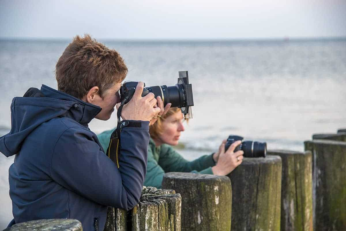 Fotoweekend Ameland 2018 Karin Groenen aan het fotograferen op het strand