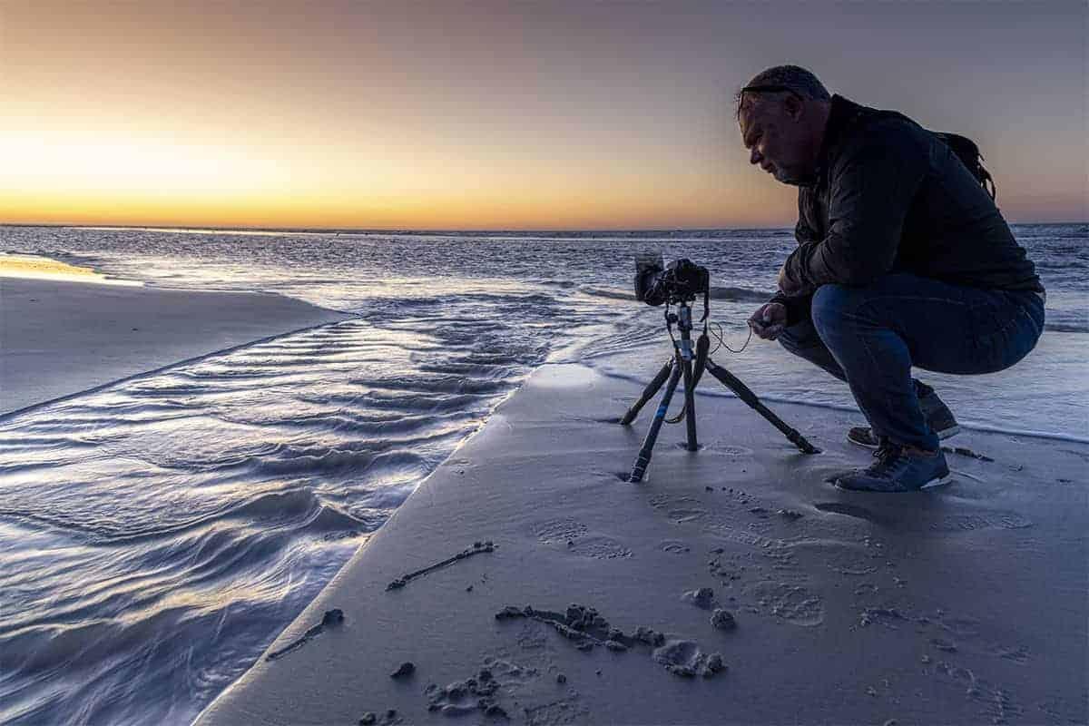 Peter op het strand van Nes tijdens het Fotoweekend Ameland bij zonsondergang