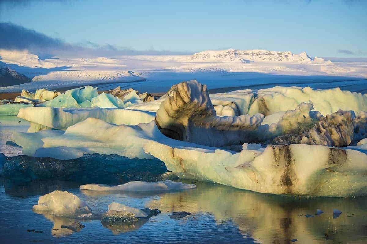 Het ijsschotsenmeer Jokulsarlon in duizenden schitterende kleuren in de ochtendzon.