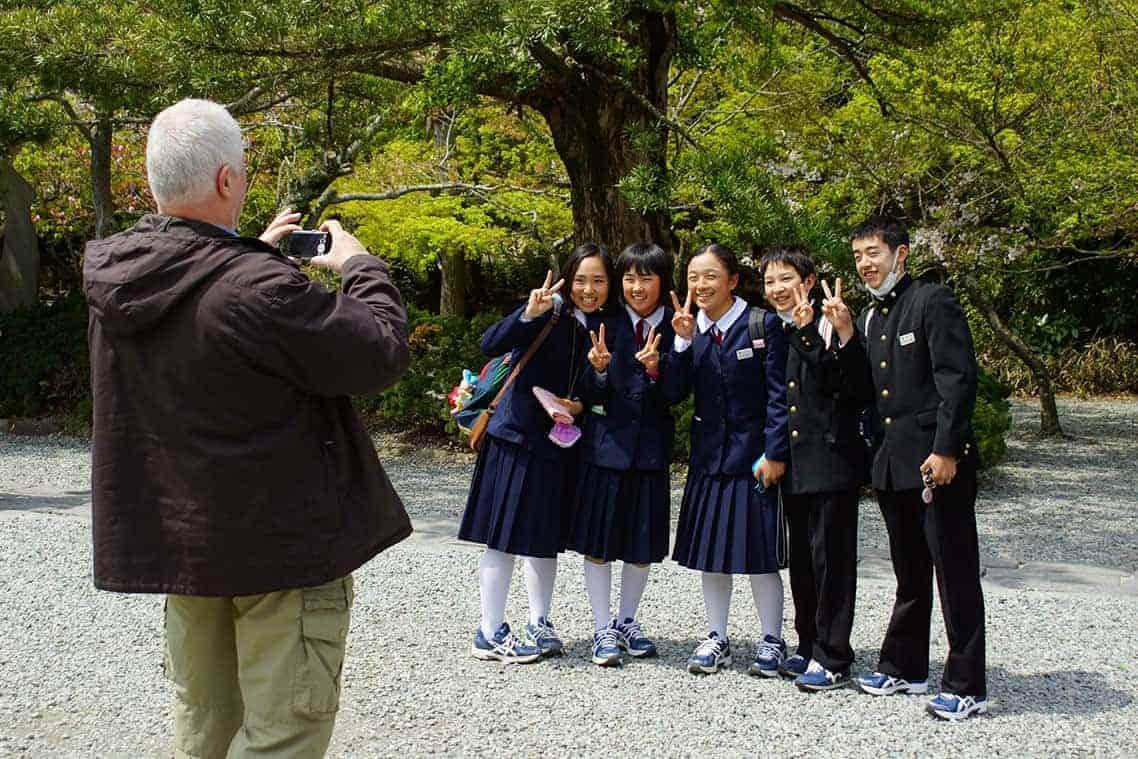 Japanse schoolmeisjes op de foto