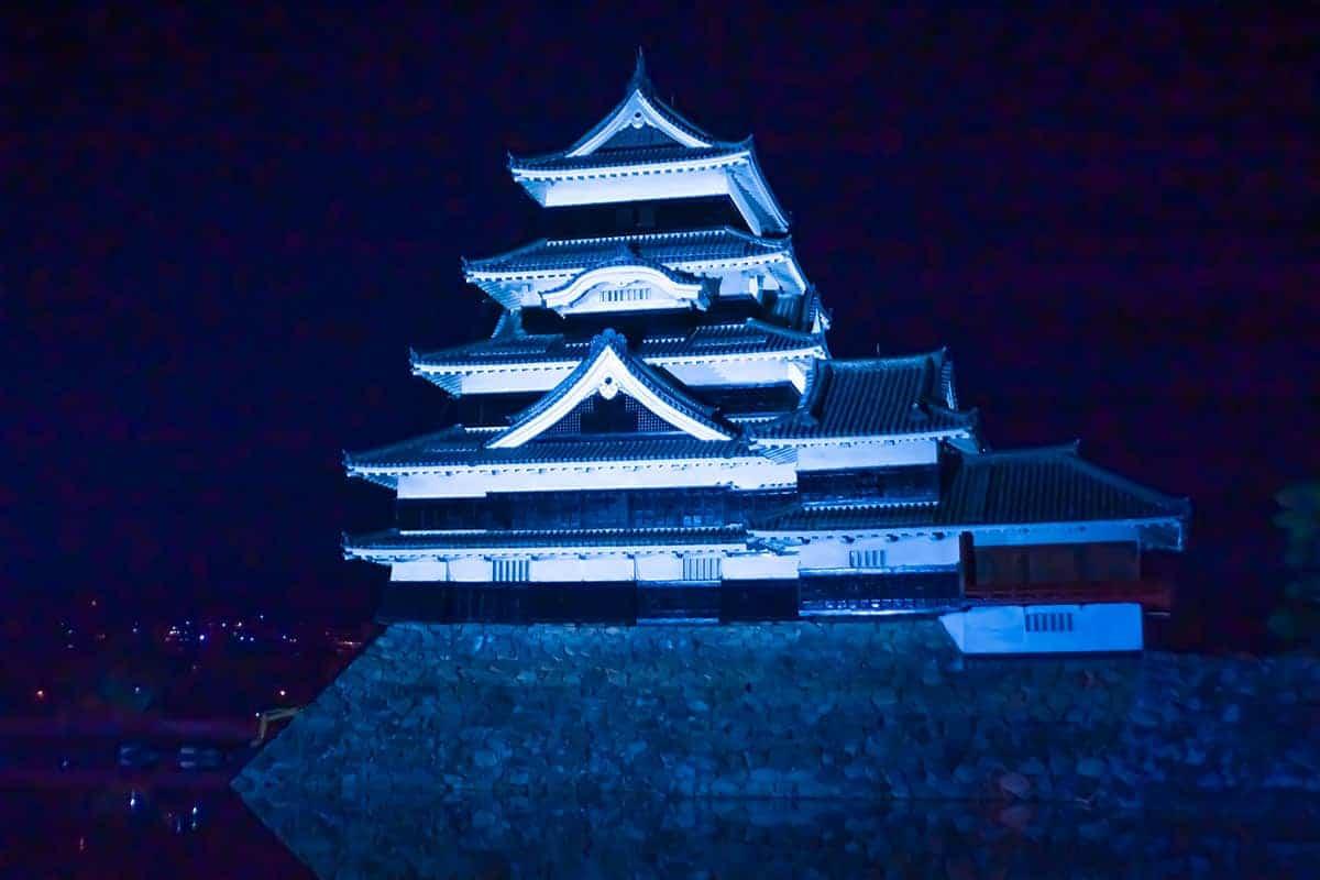 Kasteel Matsumoto in avondlicht