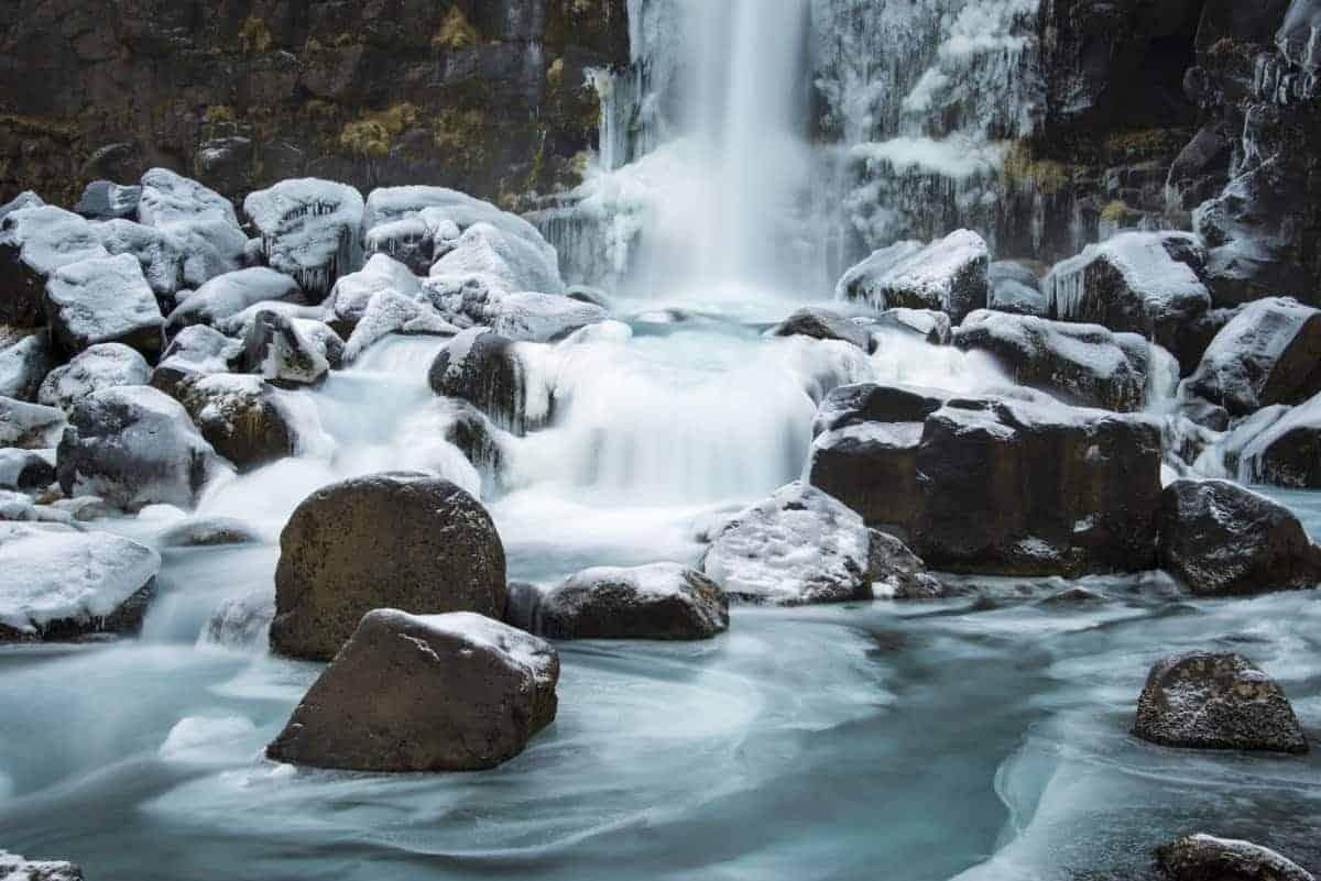 Ijzige omstandigheden bij de waterval Öxarárfoss tijdens de fotoreis van Fotografie-reizen.nl.