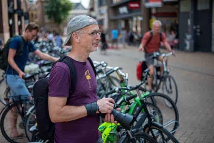 Deelnemer wacht op mooi onderwerp tijdens straatfotografie Groningen