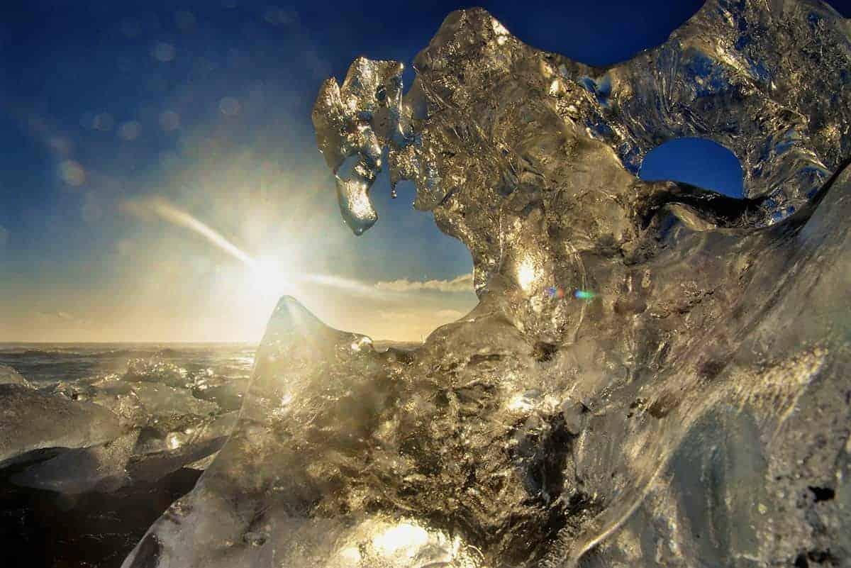 Zon schijnt door een ijsschots in IJsland