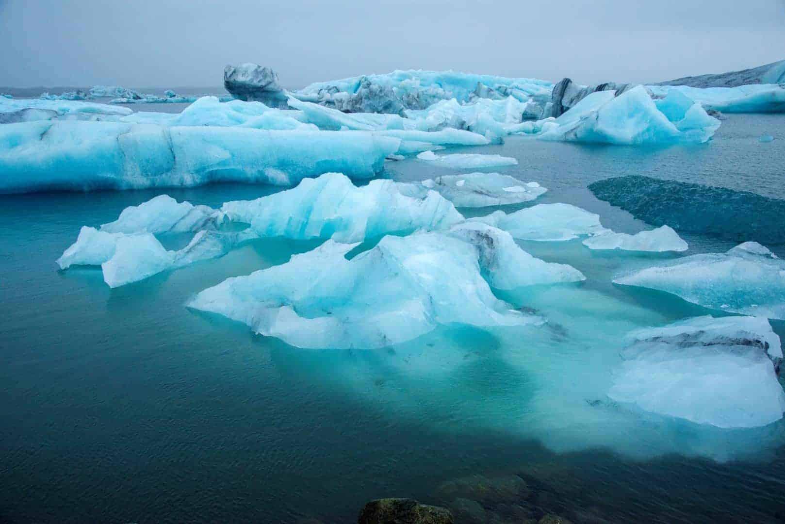 Blauwe IJsschotsen in ijsschotsenmeer Jökulsárlón - fotografie-reizen.nl
