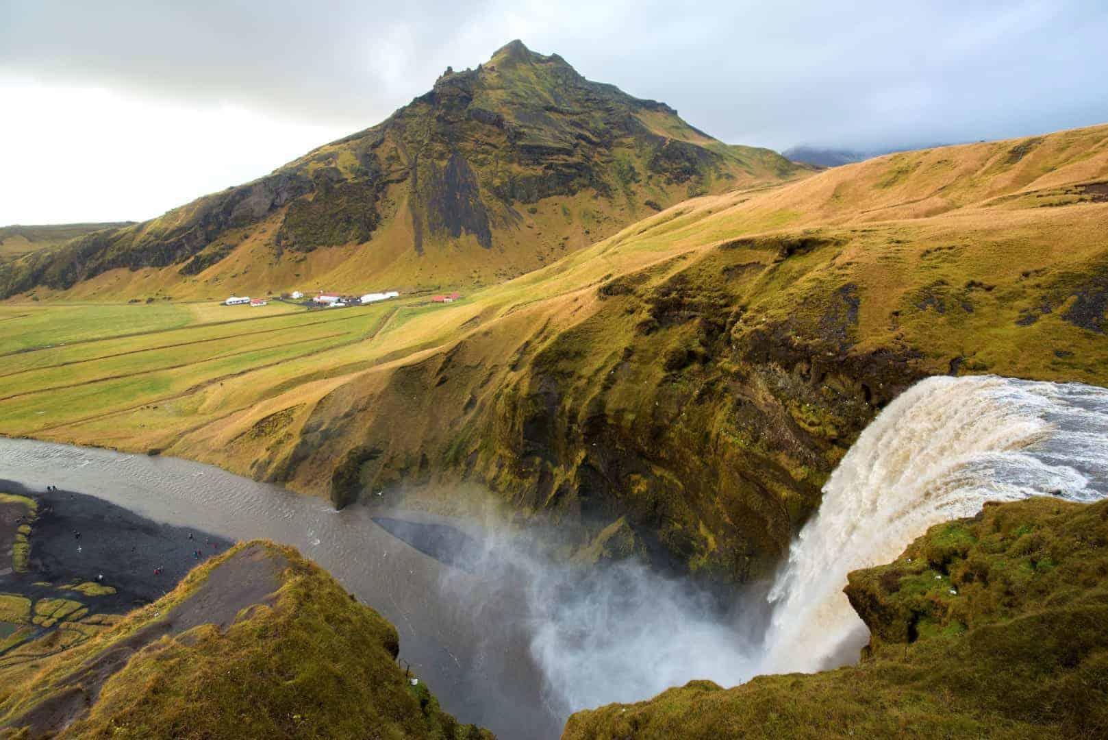 Water van Skogafoss dendert naar beneden
