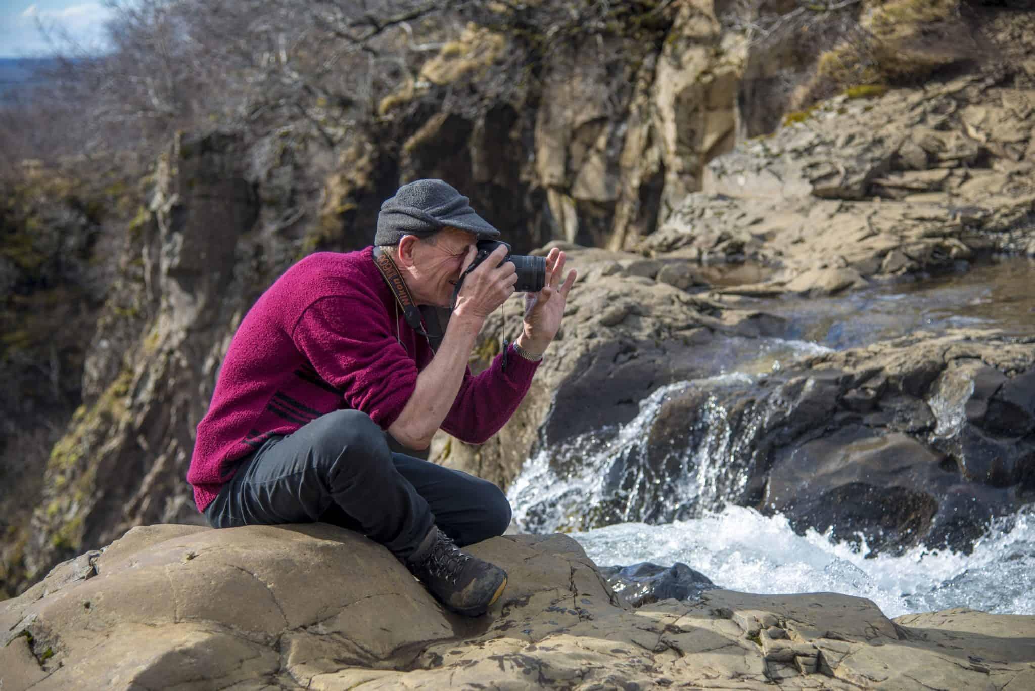 Deelnemer fotografeert waterval tijdens fotoreis IJsland - Fotografie-reizen.nl